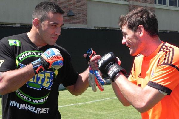 Photo of Iker Casillas cambia guantes con Fabricio Werdum
