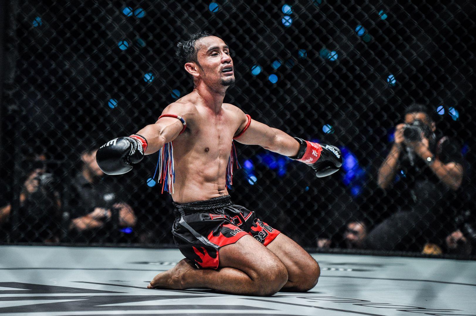 ONE El campeón mundial de kickboxing de peso paja Sam-A Gaiyanghadao celebra su victoria contra Wang Junguang